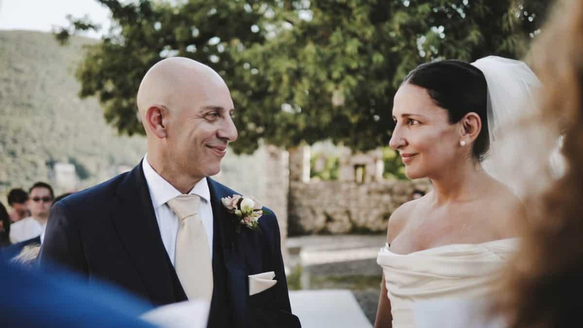 sguardi intensi tra gli sposi durante la cerimonia matrimonio inglese al Castello Orsini di Nerola