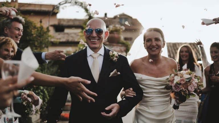 lancio dei petali dopo la cerimonia matrimonio inglese al Castello Orsini di Nerola