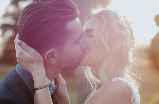 un romantico bacio al tramonto a Villa Elda splendida coppia di sposi inglesi