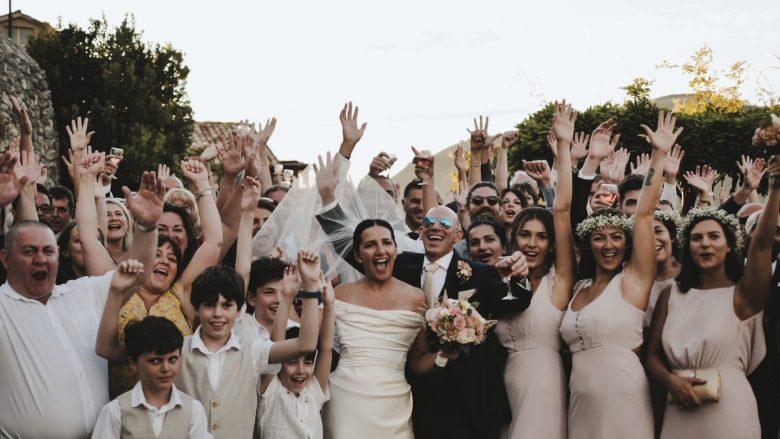 foto di gruppo sposi e invitati scatenati dall'Inghilterra al Castello Orsini di Nerola