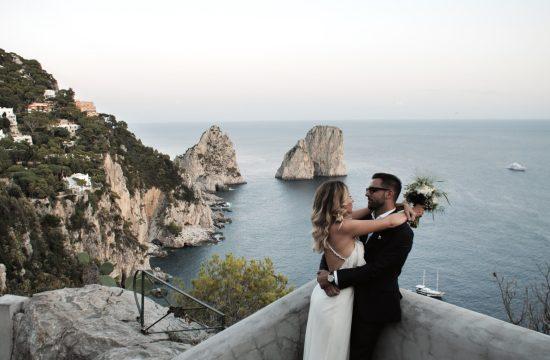 servizio sposi post cerimonia del videomaker matrimonio a picco sul mare davanti ai Faraglioni di Capri