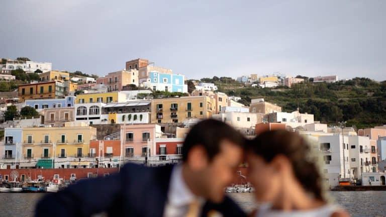 Splendida sessione fotografica in barca post cerimonia a Ponza in barca con gli sposi